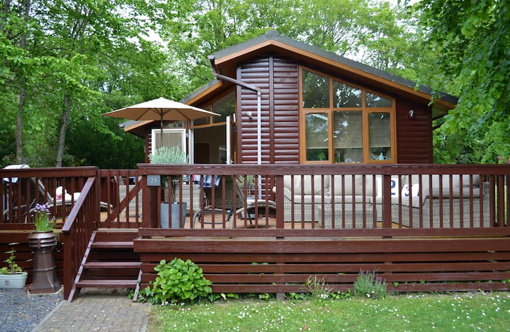 Deckhouse23: Luxury Lodge with Large Deck & Garden