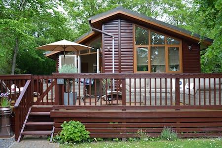 Deckhouse23 Modern Luxury Lodge with Deck & Garden