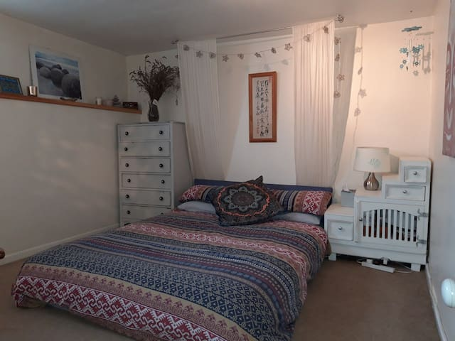 Cosy double room in quirky flat near high street