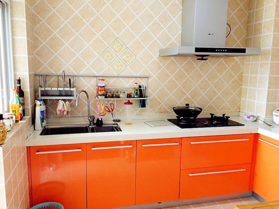颜色炫丽厨房,厨柜是温暖的烤面包色,希望客人有好胃口
