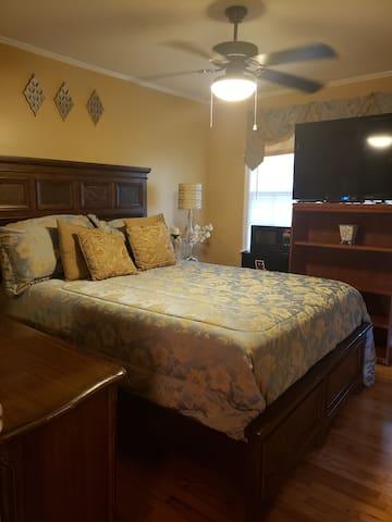 Happiness Guaranteed! Quiet, comfy, classy room