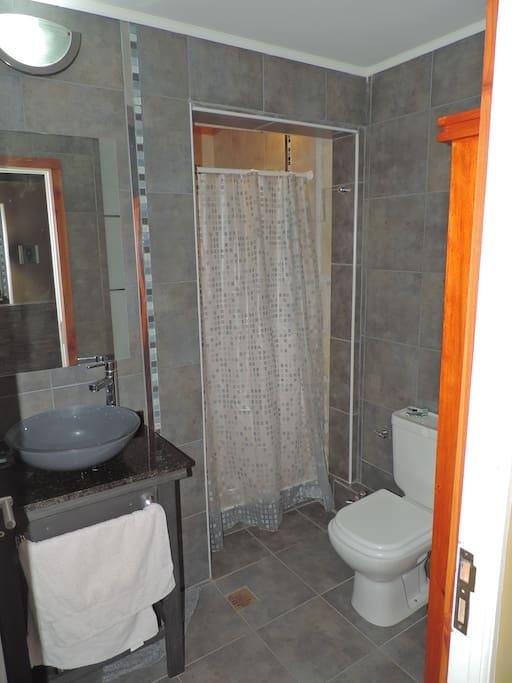 Baño compartido planta baja con ducha , secador cabello, shampoo, jabón, papel higiénico, toallas