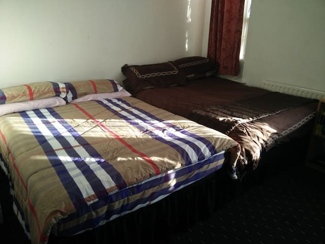 ☆ Budget 1 Large Double Bedroom + Free Parking ☆