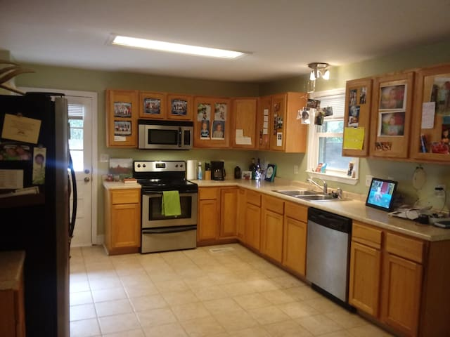 Large kitchen, what's mine is yours, cook up!