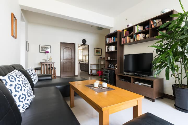 Clean, quiet, cozy 2 bedroom apartment next to MRT