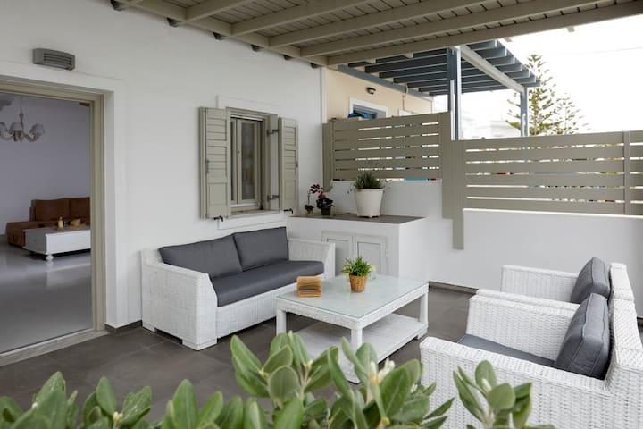 Orelia 1, Summer House