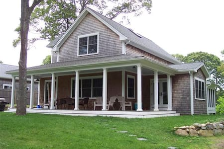 Beautiful 3 bedroom in Oak Bluffs, walk to beach - Oak bluffs