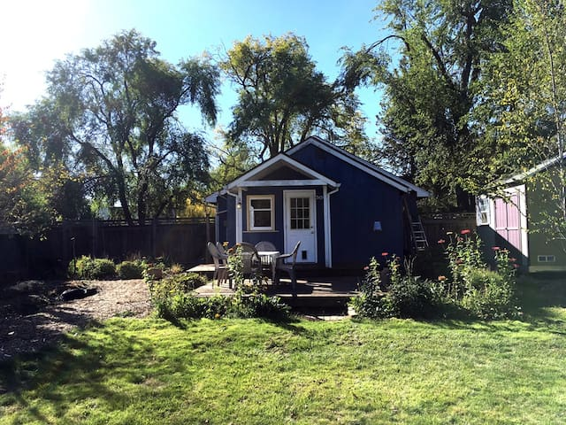 Tranquil Garden Bungalow in the City - close to UO
