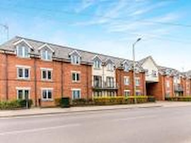 Unfurnished 2 bed flat for mid chain/home refurb