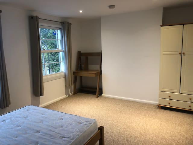 Spacious, light Victorian terrace in London zone 2