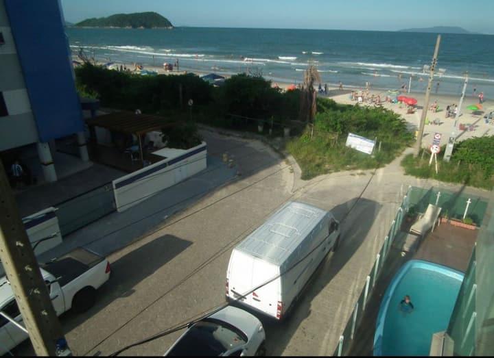 Ótimo apto pé na areia com uma vista linda do mar