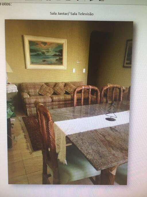 Sala de jantar com TV de LCD