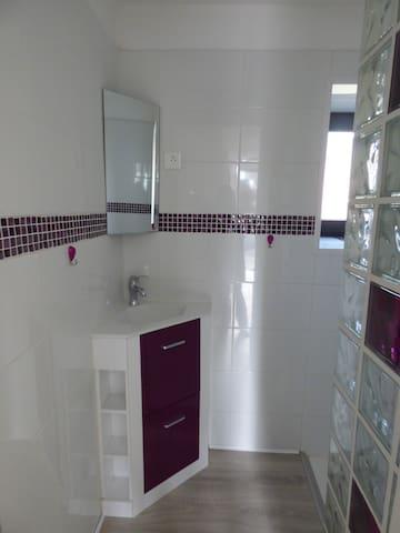 mini lavabo pour une petite salle de douche
