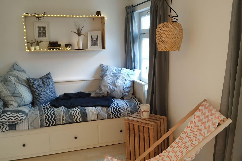 Zimmer das vermietet wird - Bett kann auf 1,60m ausgezogen werden