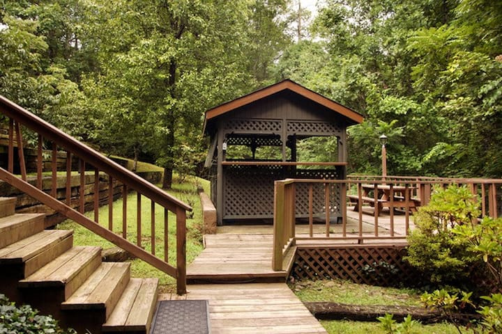 Peaceful and private.  Covered Hot tub! - Gatlinburg