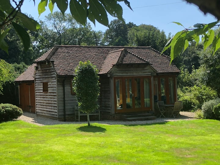 SUMMERHOUSE luxury smart barn, parking & 75MbWiFi