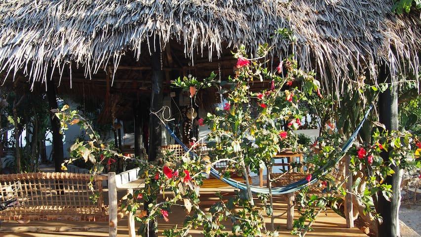 Caveman Lodge | big room for 4 (tingatinga) - Kizimkazi Mtendeni - Hut