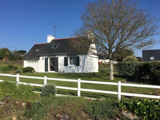 Petite maison bretonne avec vue sur mer