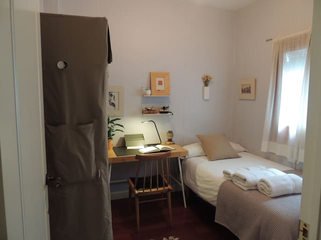 Small and cozy room in the center of Barcelona