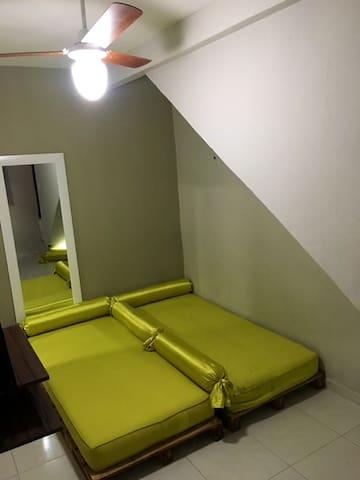 Camas no andar de baixo que podem ser alterado o seu formato conforme necessidade de hospedar