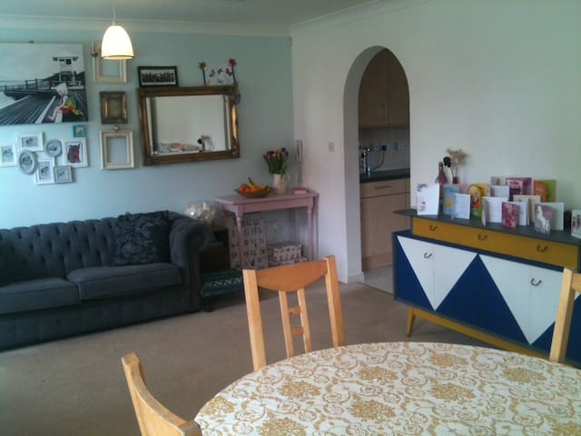 Entire 2 bedroom Flat, homely and spacious. - Swindon - Apartamento