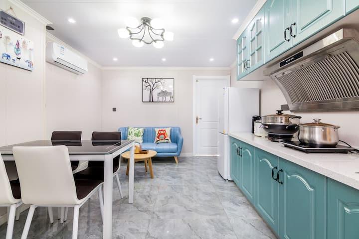 北戴河两室一厅海航公寓 步行海边300米 夜市100米 自带停车位、儿童乐高桌、厨房用具齐全