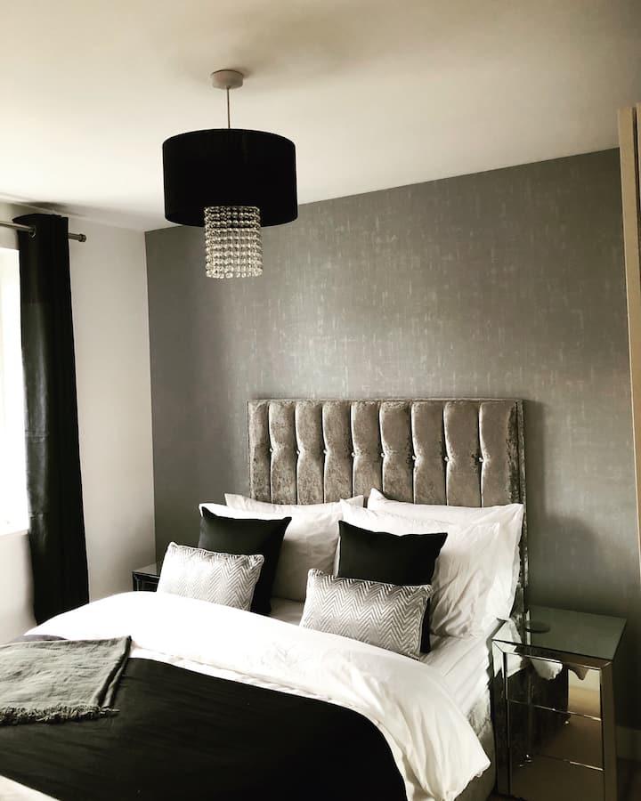 Sophisticatedly Decorated Master Bedroom/En-suite