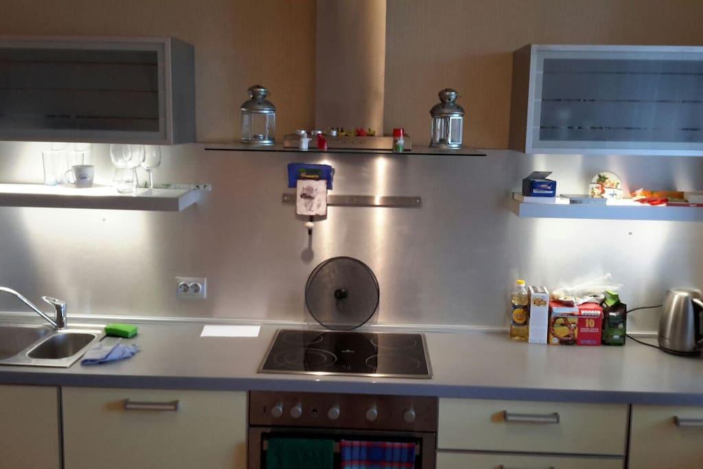 а вот и сама кухня. здесь  все необходимое!