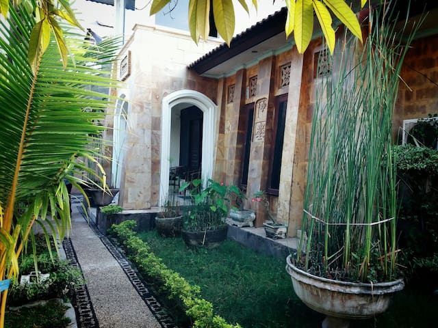 A Cozy House Like Small Villa - mataram - Dom