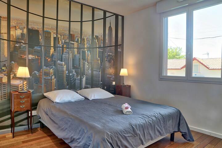 Chambre spacieuse climatisée, lit  160x200 avec dressing de 3m50 et meuble vasque, parquet pont de bateau