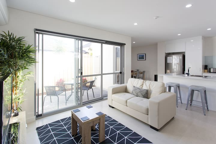 Modern Apartment - 11km from Perth CBD