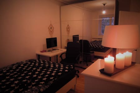 Cozy room with a bathroom by the train station - København - Apartment