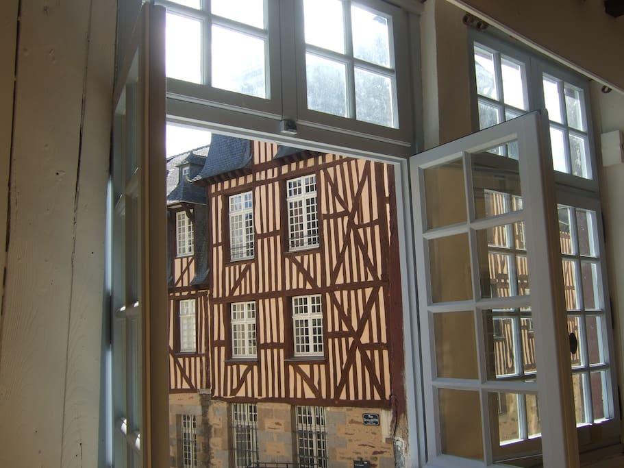 La vue de la fenêtre du salon