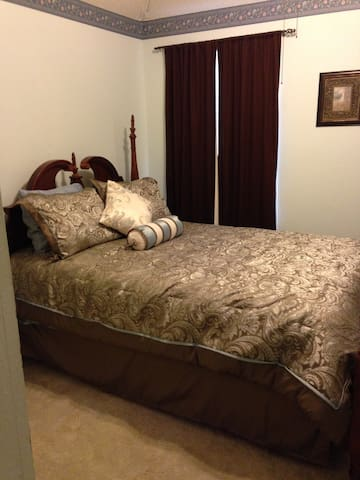 Furnished Upstairs apt: Queen bed, den, bath, pool - Rowlett - Rumah