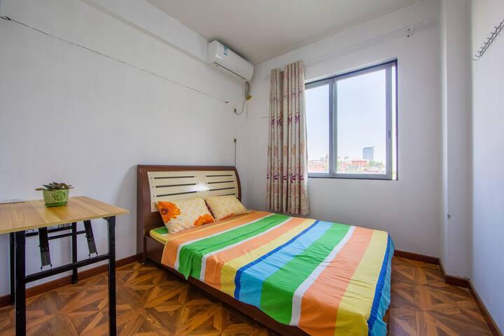 实用大床房,1.5米床,南向望公园