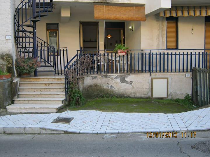 Appartamento con terrazzino vicino a Taormina