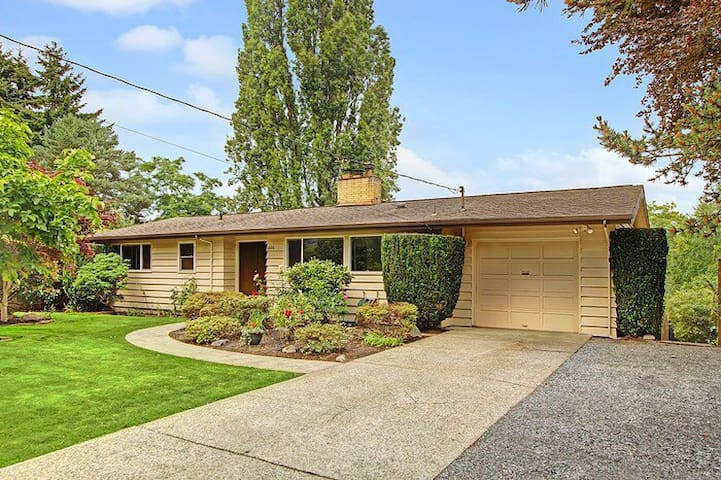 Downtown Located Comfortable 5-Bedroom House - Bellevue