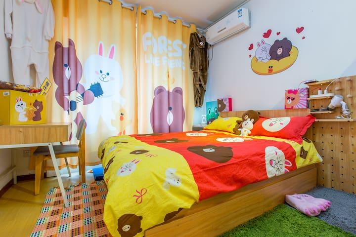 布朗熊的家•南京西路地铁口•双床•Linefriends主题•投影•充气床•美领事馆签证•可爱家庭房