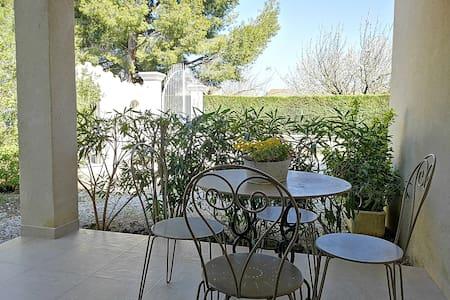 Joli studio climatisé avec terrasse proche Avignon
