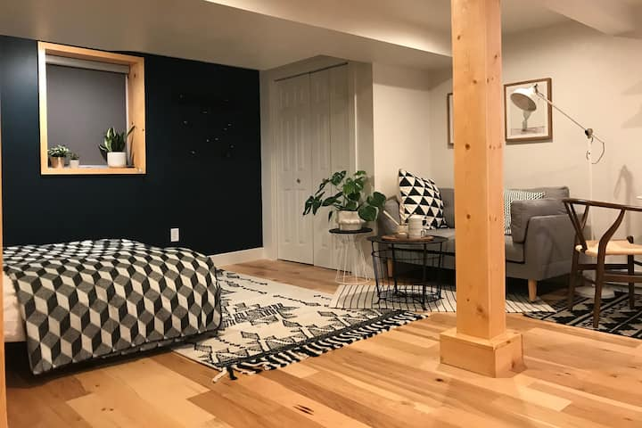 Cute, modern studio in North Portland!