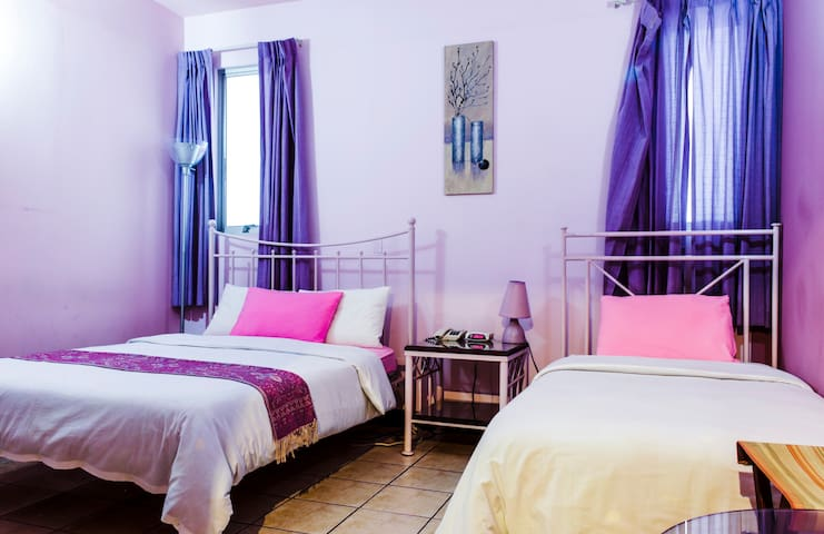 Purple Room. 2 Beds. Casa Cambranes - San Jose - Bed & Breakfast