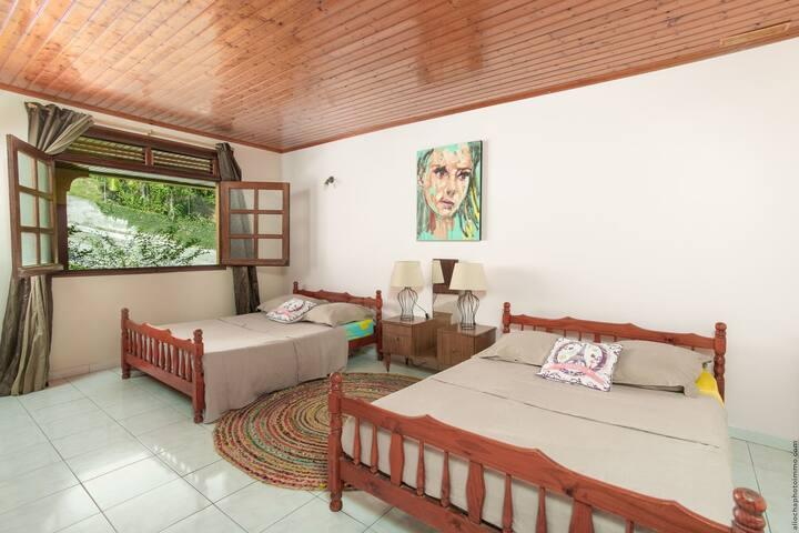 Chambre n°4 d'environ 30 m2 avec deux lits à 2 places.  Cette chambre dispose de deux ventilateurs. Nous y avons ajouté des moustiquaires (non visibles sur la photo).