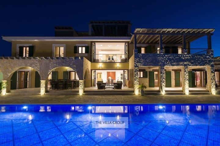 Luxurious 5 bedroom villa on Aphrodite Hills
