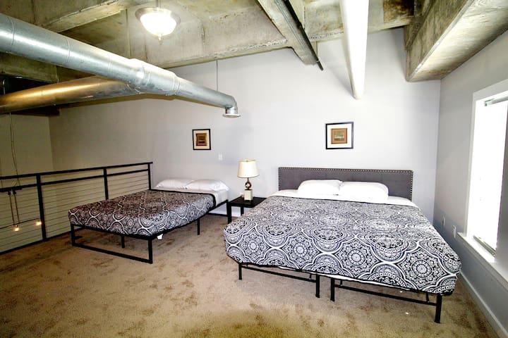 UPSTAIRS BEDS QUEEN & KING