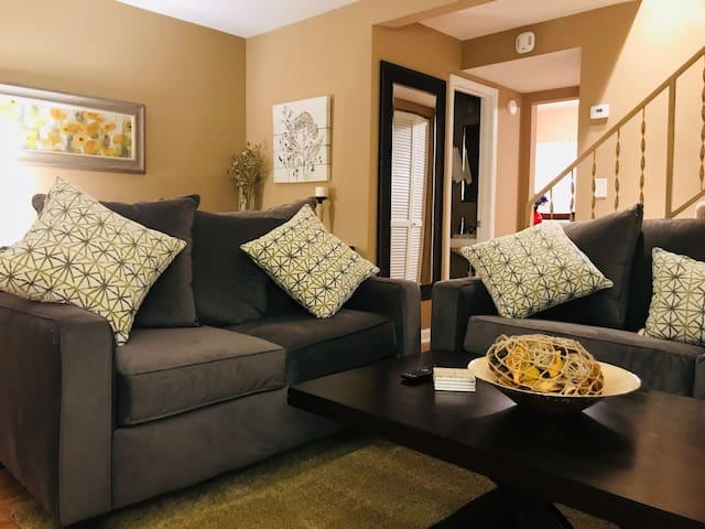 Cozy, Cultured, & Close to The Airport!!! Sleeps 6