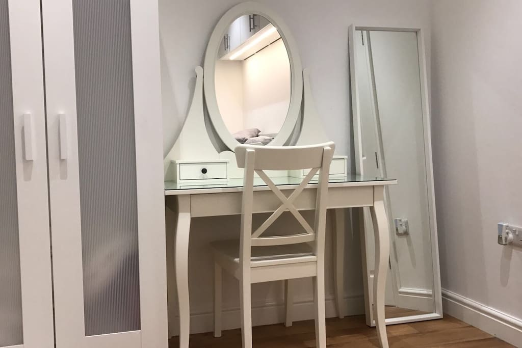 Dressing table area to get ready .