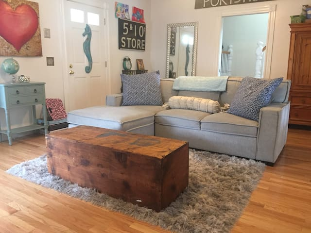 Open/airy/cozy Portsmouth New Englander w/ patio!