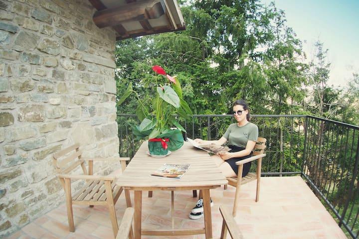 La terrazza di Suite Giulia comoda e soleggiata a stare assieme fuori per rilassarsi, prendere qualcosa da bere oppure godere la bella  panorama.