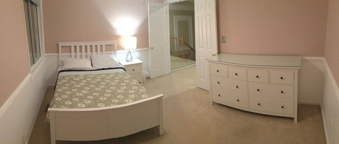 Nice bedroom with lots of Extras (Read my reviews)