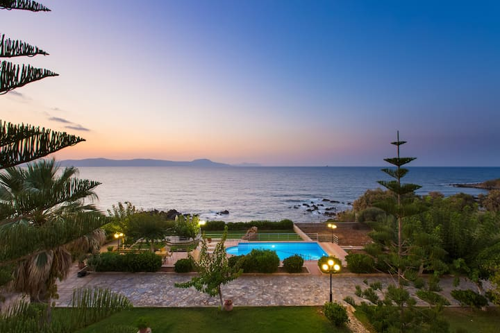 Villa Katerina Private Beach&pool,BBQ,50m from sea
